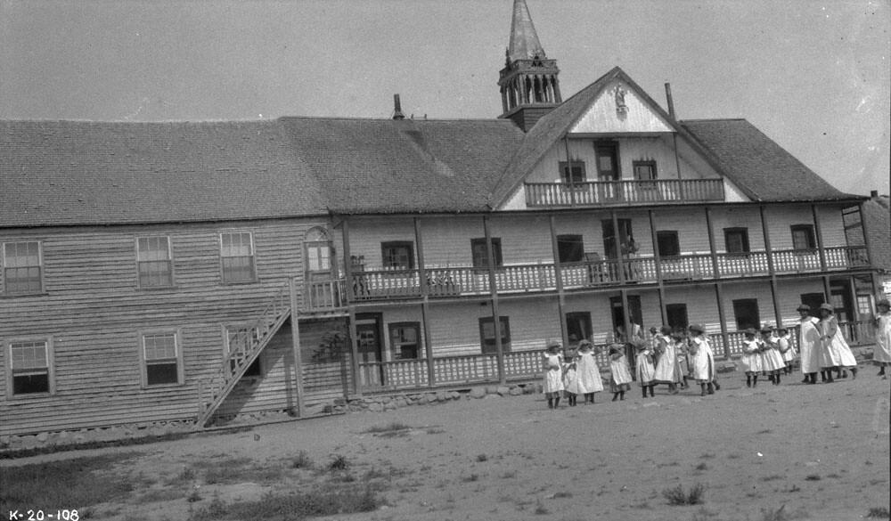 """""""Masové hroby"""" detí v Kanade, morálna panika a Katolícka cirkev 3"""